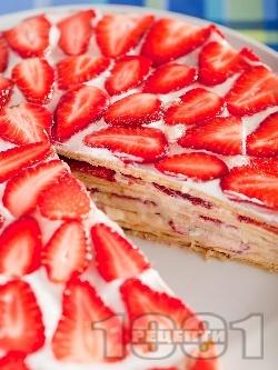 Сладка палачинкова торта украсена с пресни ягоди - снимка на рецептата